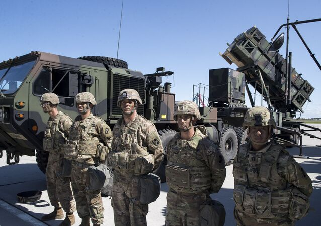 Militares norte-americanos perto do sistema de defesa antimíssil Patriot