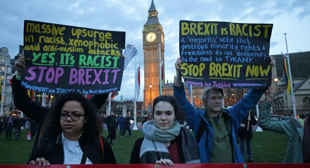 Manifestantes seguram cartazes anti-Brexit durante protesto em apoio a uma emenda para garantir o status legal dos cidadãos da UE.