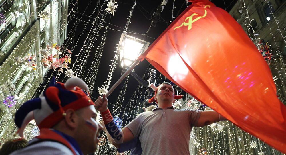 Russos celebram vitória da seleção na Copa com bandeira da URSS