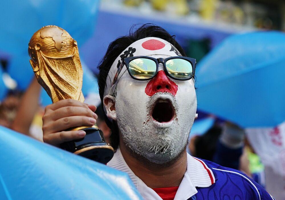 Torcedor japonês aguardando o início da partida entre Japão e Colômbia em Saransk