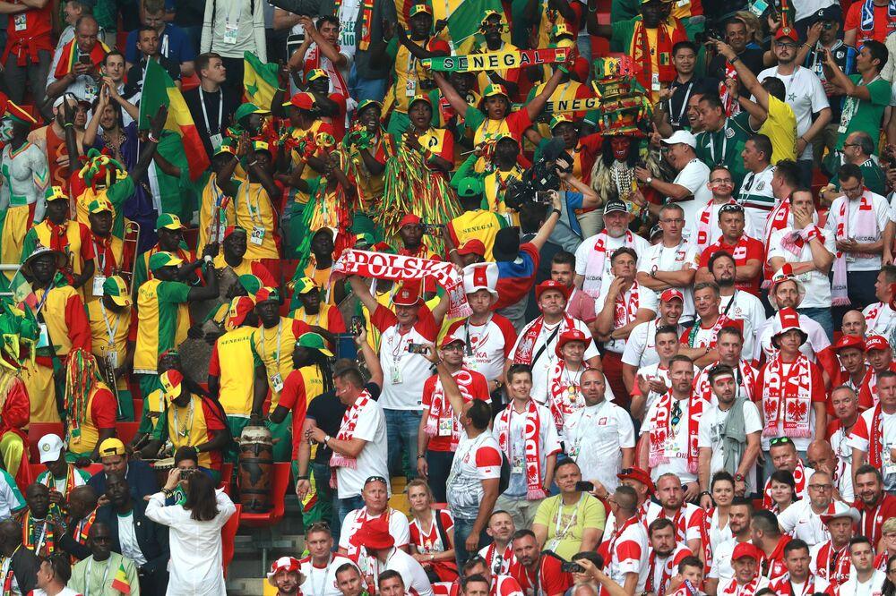 Torcedores de Senegal e Polônia na arena Spartak, em Moscou, nesta terça-feira, 19 de junho