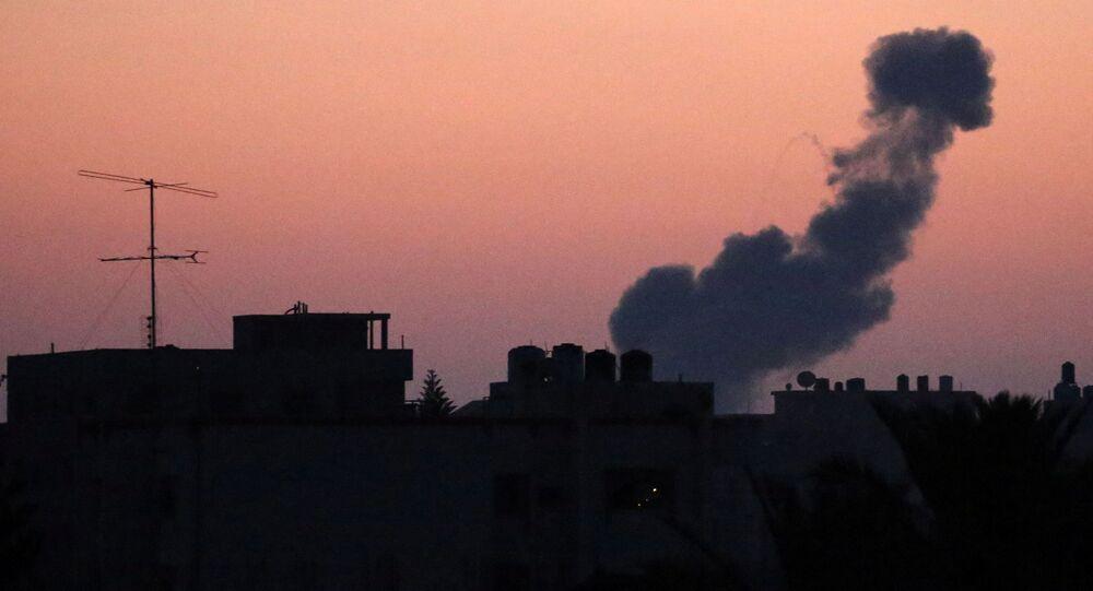Fumaça subindo após um ataque aéreo de Israel na parte central da Faixa de Gaza, 20 de junho de 2018