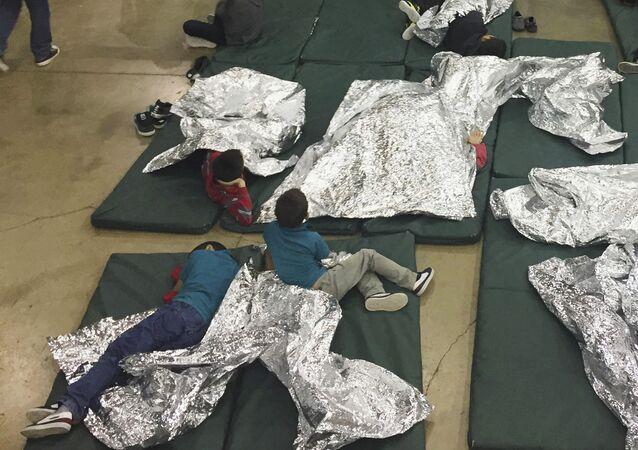 Crianças de imigrantes ilegais que foram presos ao tentar entrar nos EUA são separadas das famílias e colocadas em jaulas.