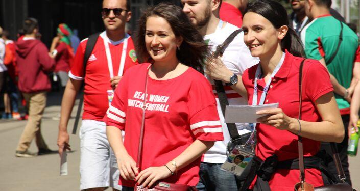 Torcedora vestida de camisa dizendo Verdadeiras mulheres assistem futebol antes do jogo Portugal-Marrocos, em 20 de junho de 2018, em Moscou