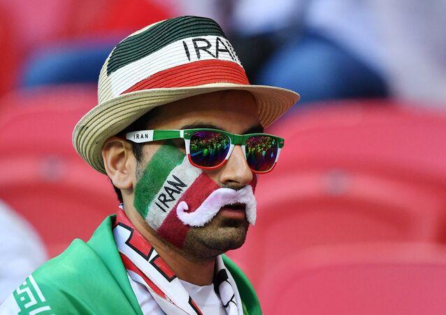 Torcedor iraniano na Arena Kazan durante o jogo entre Irã e Espanha nesta quarta-feira