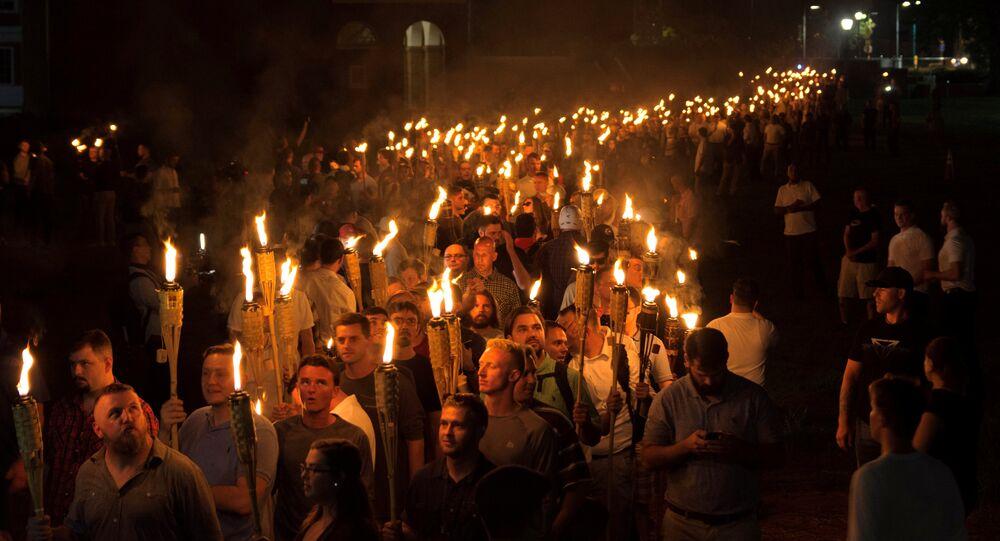 Nacionalistas brancos carregam tochas na Universidade da Virgínia, às vésperas do evento Unite The Right em Charlottesville, Virgínia, EUA.