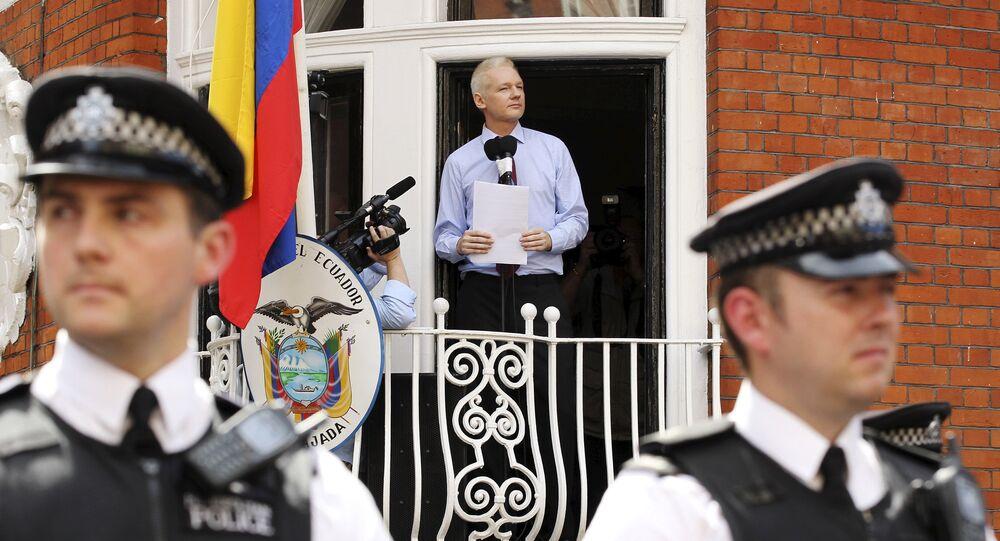 Julian Assange discursa na embaixada do Equador em Londres, em 2012.