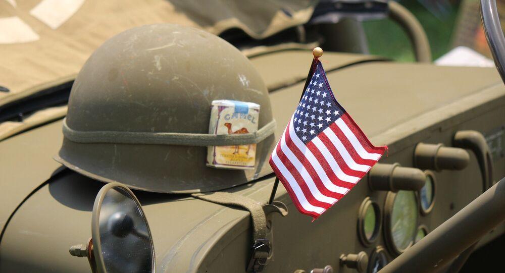 Capacete e bandeira dos EUA