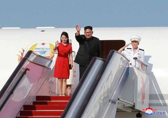 O líder da Coreia do Norte, Kim Jong-un, e sua esposa, Ri Sol-ju, começam sua visita à República Popular da China