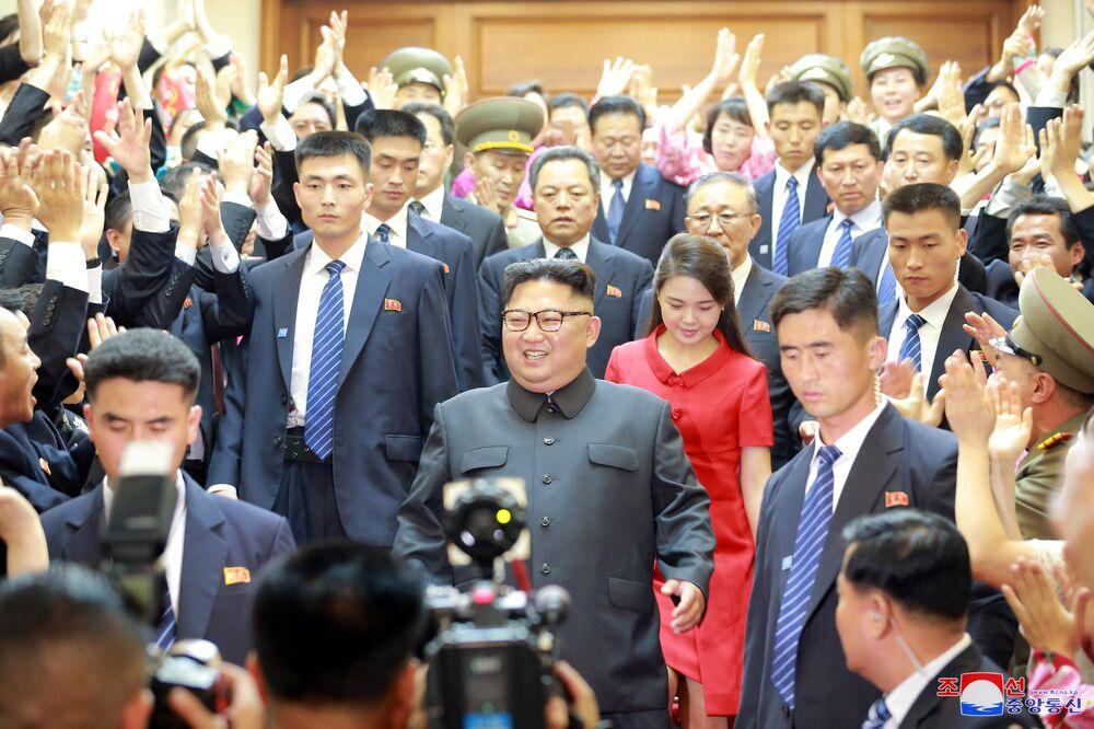 O líder norte-coreano posa para os fotógrafos durante sua visita oficial à China