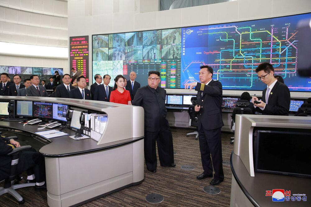 O líder da Coreia do Norte, Kim Jong-un, e sua esposa, Ri Sol-ju, durante sua visita à capital da República Popular da China, Pequim