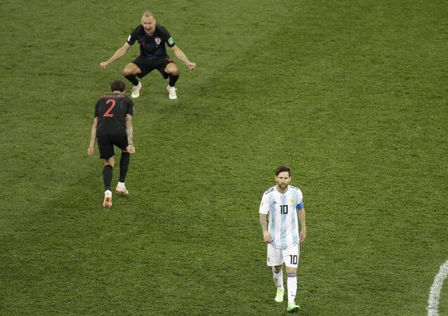 Jogadores croatas comemoram vitória da seleção sobre a Argentina de Messi durante a a Copa do Mundo.