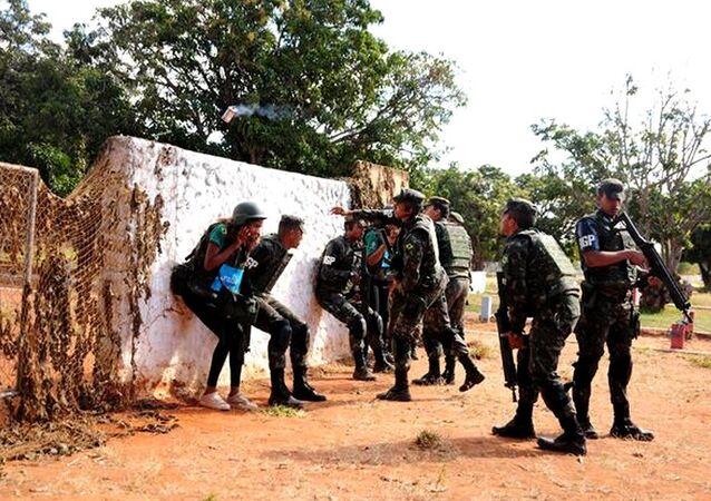 Universitários em meio a situação de conflito durante o VIII Estágio de Correspondentes de Assuntos Militares