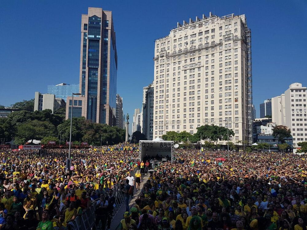Torcedores brasileiros assistem o duelo contra a Costa Rica no Boulevard Olímpico, no Rio de Janeiro.
