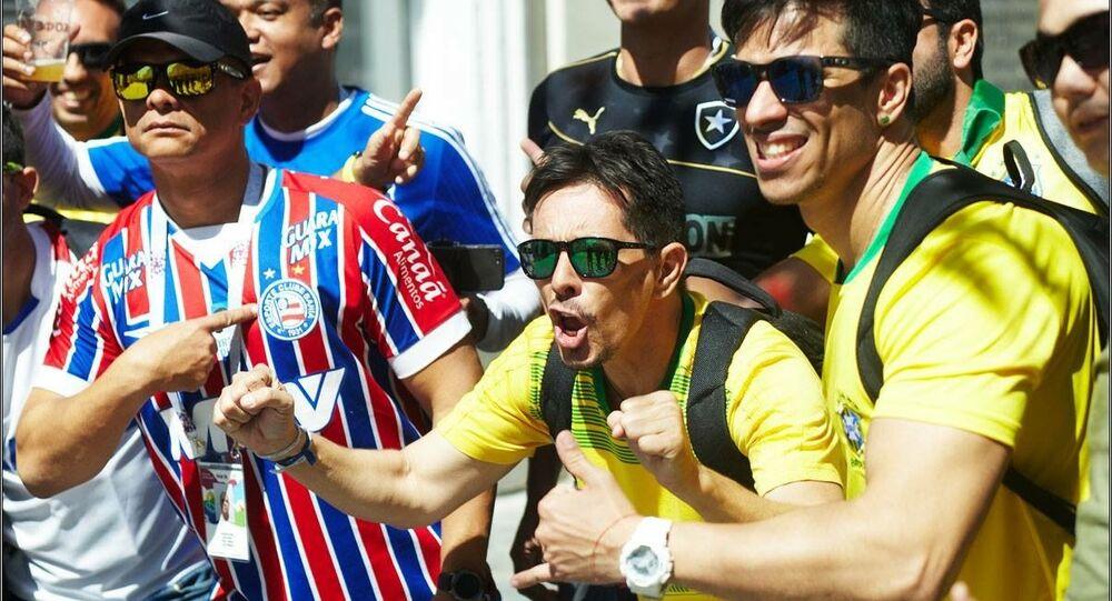 O baiano Max Peixoto, à direita, encontrou um jeito de ganhar dinheiro na Rússia: virou guia turístico de brasileiros na Copa do Mundo.