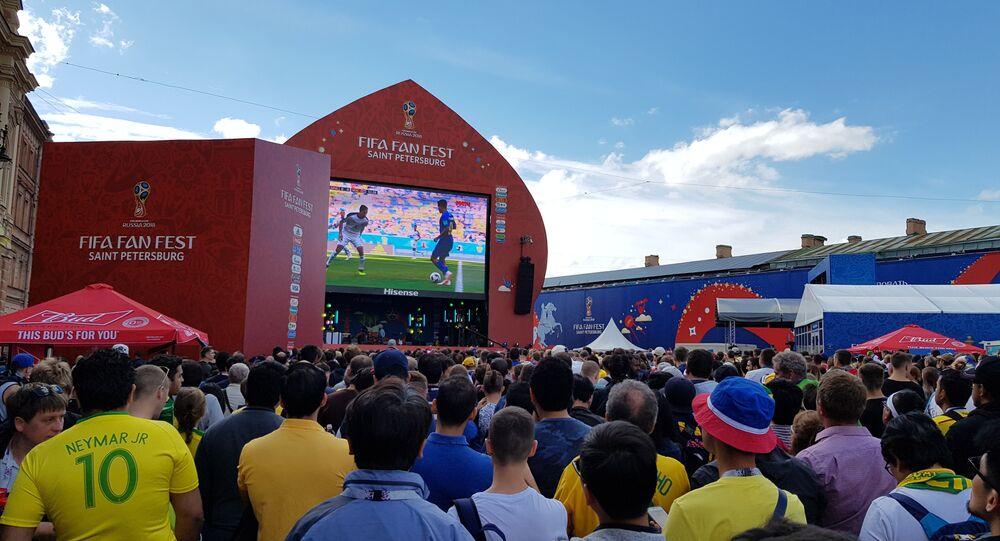 Torcida na FIFA Fan Fest, em São Petersburgo, durante a Copa do Mundo de 2018.