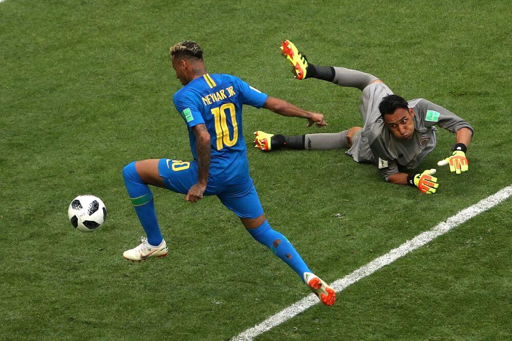 Neymar marca o segundo gol do Brasil sobre a Costa Rica e o goleiro Keylor Navas apenas olha.