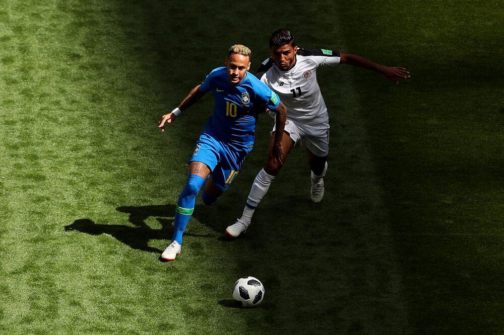 Neymar, da seleção brasileira, deixa o jogador da Costa Rica, Johan Venegas, para trás durante o jogo entre as seleções na Copa do Mundo.