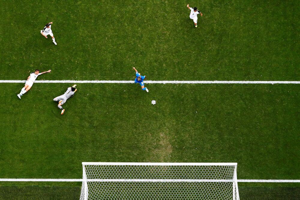 Vista aérea do gol de Neymar sobre a Costa Rica durante partida da Copa do Mundo de 2018.