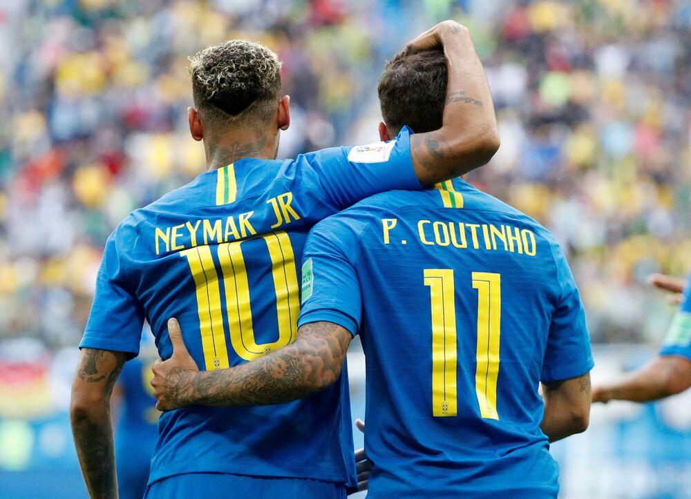 Neymar e Philippe Coutinho se abraçam durante partida contra a Costa Rica.Os dois jogadores foram os autores dos gols da partida, garantindo a vitória brasileira nos acréscimos.