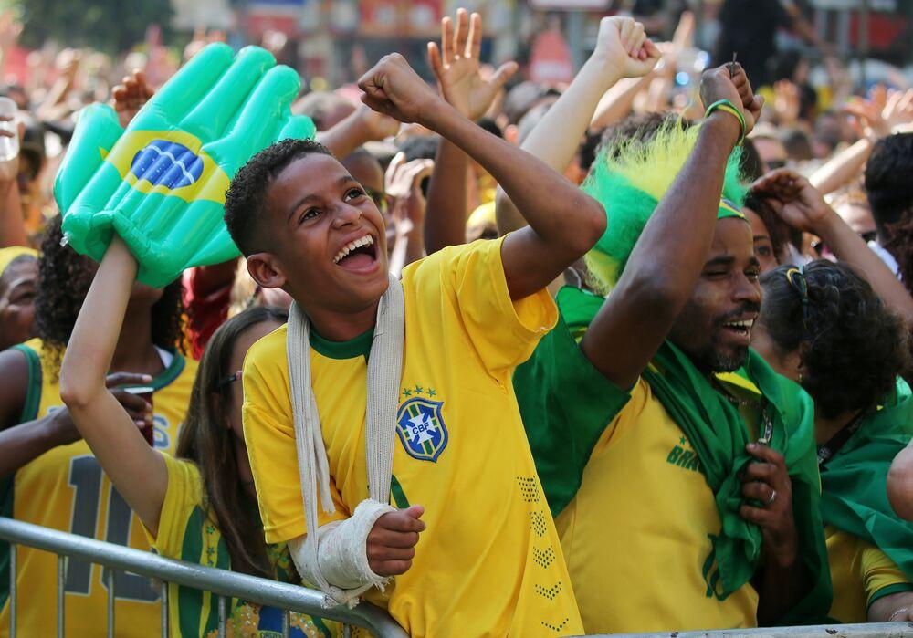 Torcedor brasileiro comemora a vitória do Brasil no Rio de Janeiro. Brasil venceu a Costa Rica na Copa do Mundo.