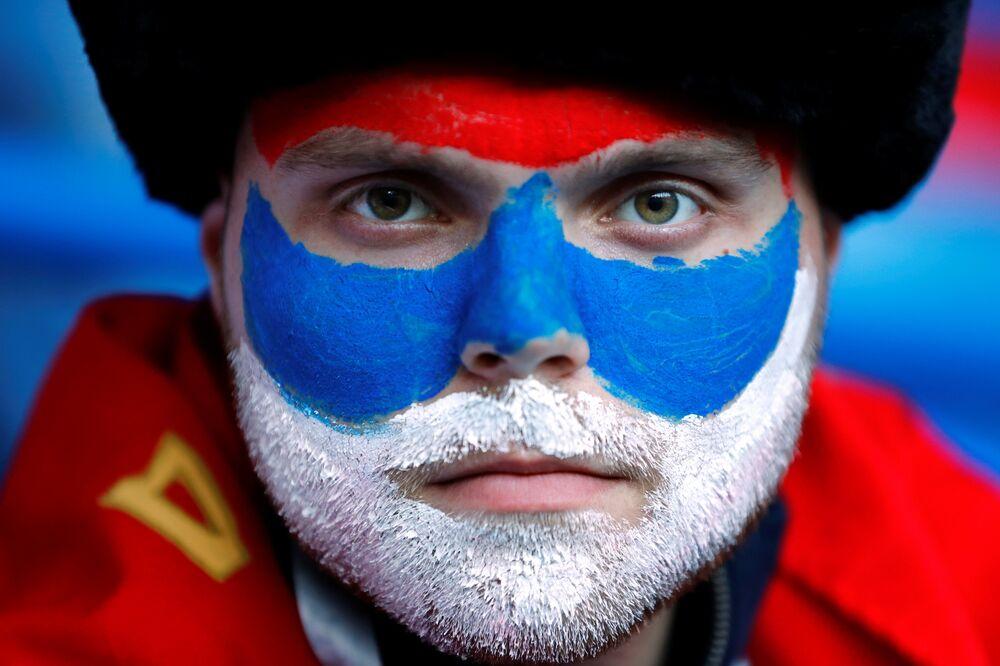 Torcedor da Sérvia pintou o rosto com as cores do país para apoiar a seleção contra a Suíça na Copa do Mundo.