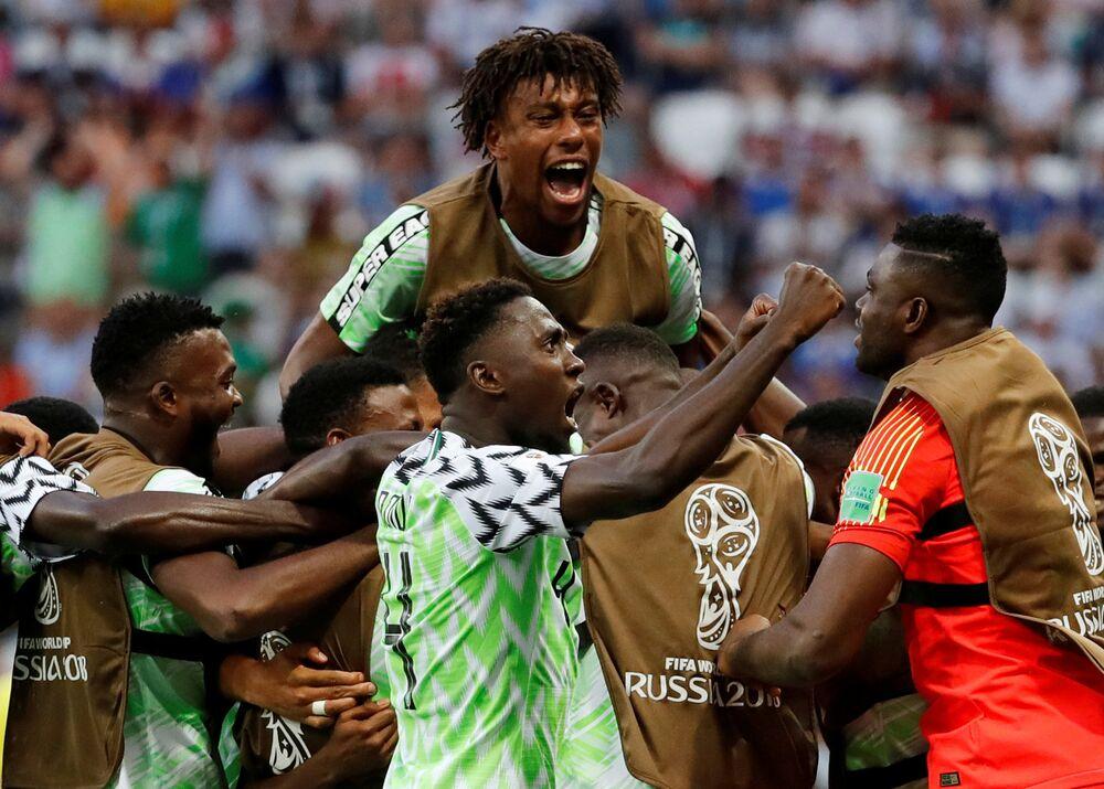 Jogadores da Nigéria comemoram vitória por 2x0 contra a Islândia na Copa do Mundo.