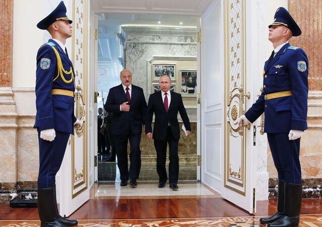 Presidente russo, Vladimir Putin, e o presidente bielorrusso, Aleksandr Lukashenko, antes de uma reunião do Supremo Conselho de Estado da União da Rússia e Bielorrússia.