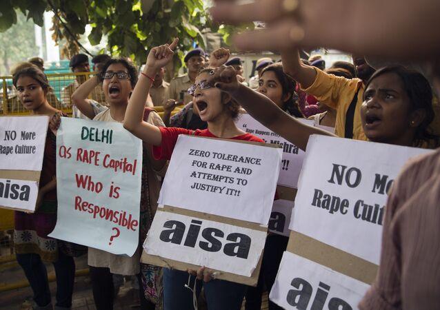 Estudantes indianos em protesto contra os incidentes relacionados a estupros em Nova Délhi, Índia (arquivo)