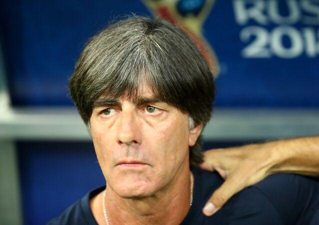 Alemanha x Suécia - Técnico alemão concentrado antes da partida