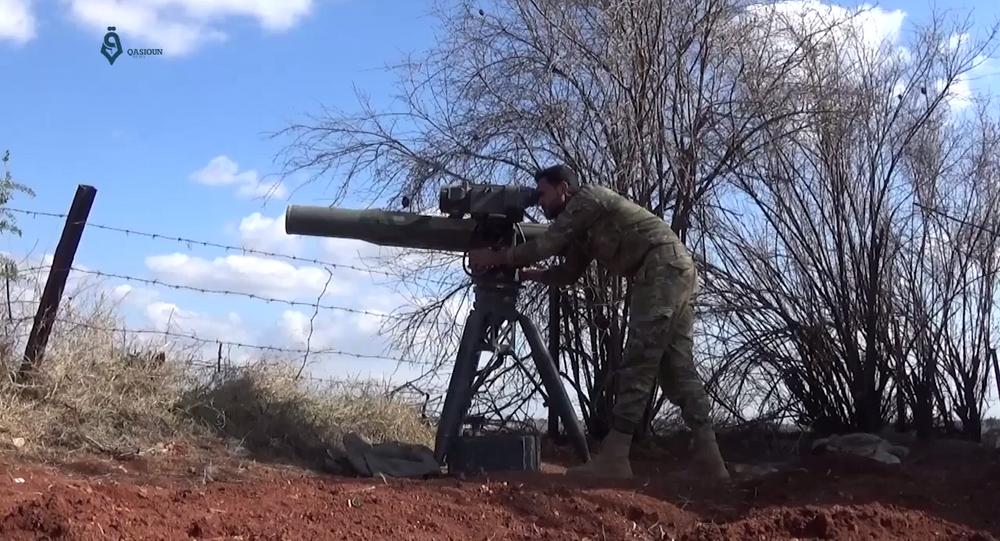 Soldado do Jaysh al-Izza disparando o sistema de mísseis TOW (foto de arquivo)