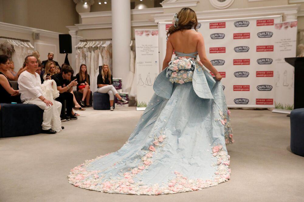 Modelo apresenta sua obra durante o 14º Concurso Anual de Vestidos de Noiva de Papel Higiênico em Nova York