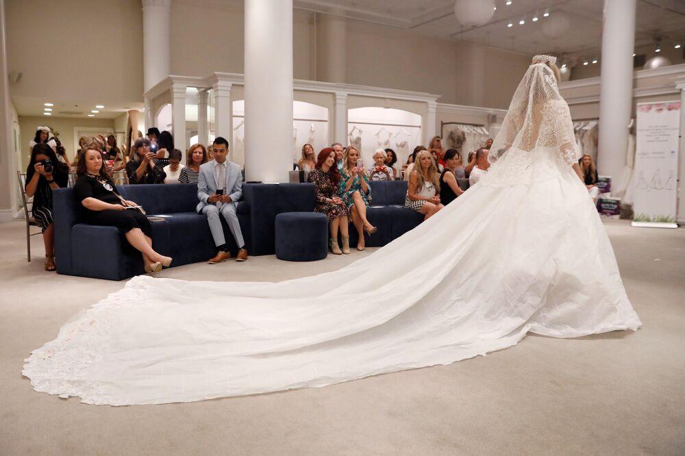 Modelos se apresentam durante o 14º Concurso Anual de Vestidos de Noiva de Papel Higiênico em Nova York