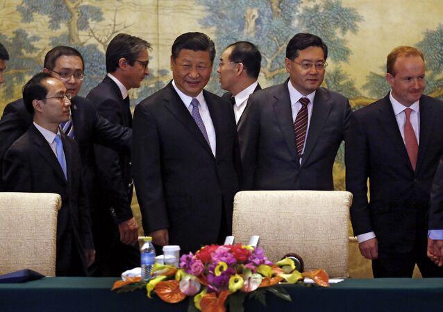 O presidente chinês, Xi Jinping, conversa com os membros de um comitê executivo global à medida que eles chegam para uma cúpula em Diaoyutai, Pequim.