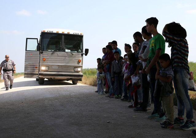 Imigrantes ilegais na fronteira entre o México e os EUA