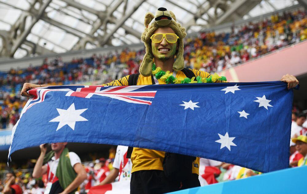Torcedor australiano acompanhando o jogo com o Peru no estádio Fisht, em Sochi