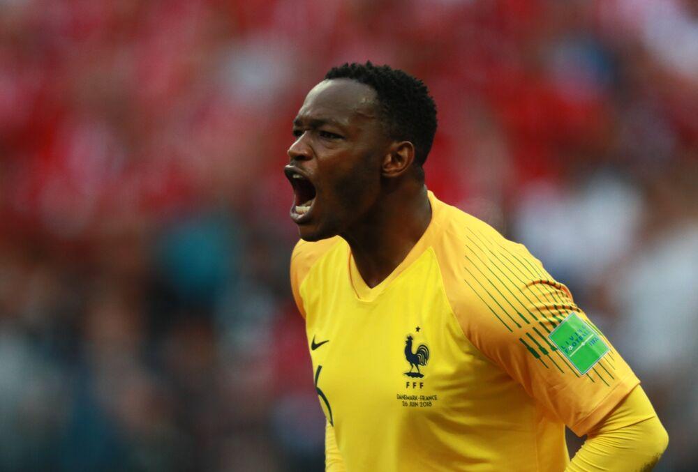 Goleiro francês Steve Mandanda na partida entre França e Dinamarca pela última rodada do grupo C da Copa do Mundo