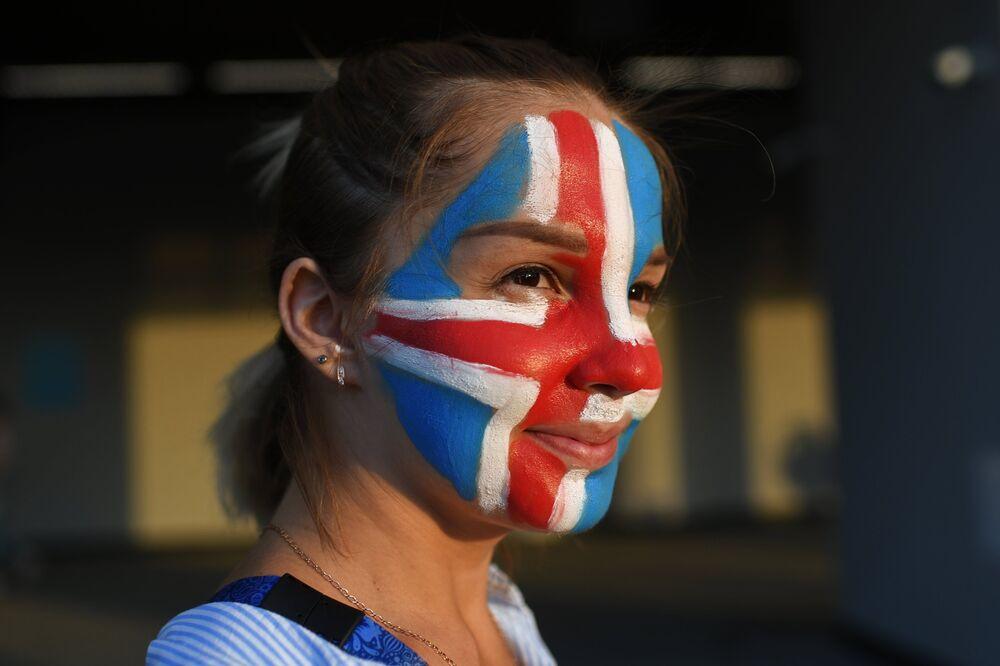 Torcedora islandesa antes do jogo entre Islândia e Croácia pela terceira rodada do grupo D em Rostov-no-Don