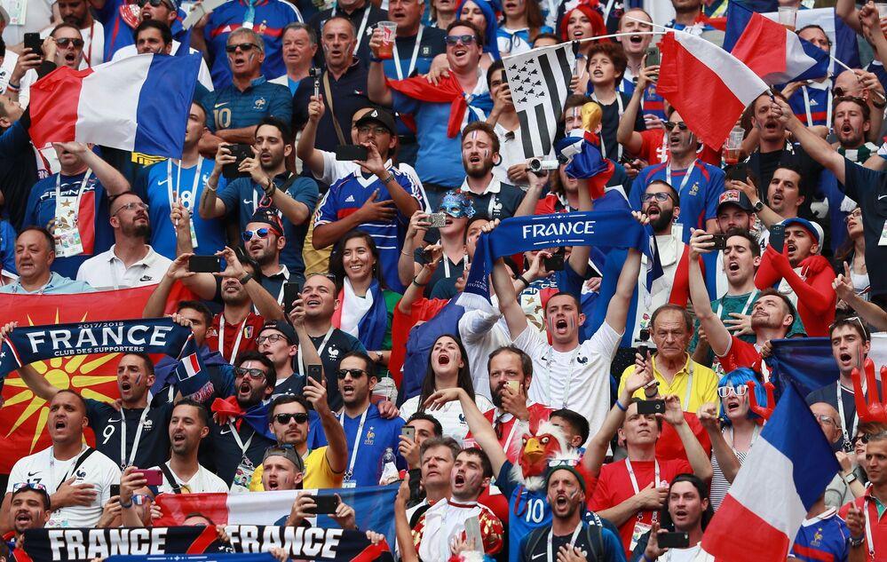 Torcida francesa fazendo festa no estádio Luzhniki, em Moscou