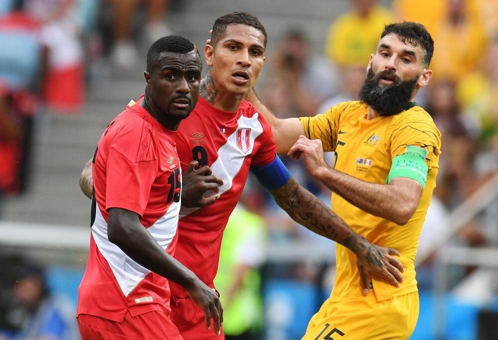 Christian Ramos e Paolo Guerrero, do Peru, e Mile Jedinak, da Austrália, durante o confronto entre as duas seleções em Sochi