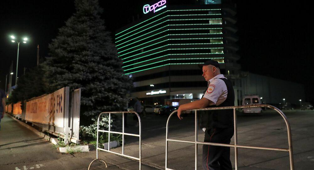 Segurança bloqueia a entrada do hotel Topos na cidade anfitriã da Copa do Mundo de Rostov-on-Don, Rússia, em 26 de junho de 2018. Testemunhas da Reuters no local disseram ter sido informadas pela polícia de que haviam sido evacuadas devido a uma ameaça de bomba.