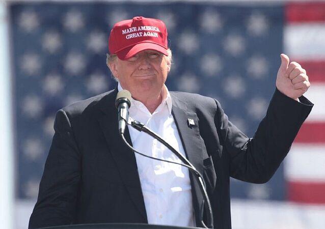 O presidente dos EUA, Donald Trump, Donald Trump, usa um boné Make America Great Again em um comício no Arizona, quando ainda era candidato (arquivo)