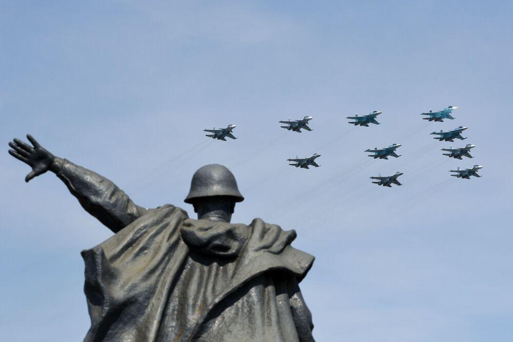 Caças-bombardeiros Su-34 e caças multifuncionais Su-30 e Su-35 durante o ensaio da Parada da Vitória na capital russa