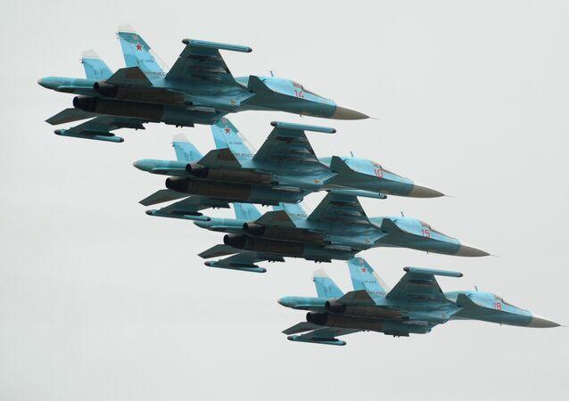 Aeronaves Su-34 durante festa de aviação esportiva, na cidade russa de Rostov-no-Don (foto de arquivo)