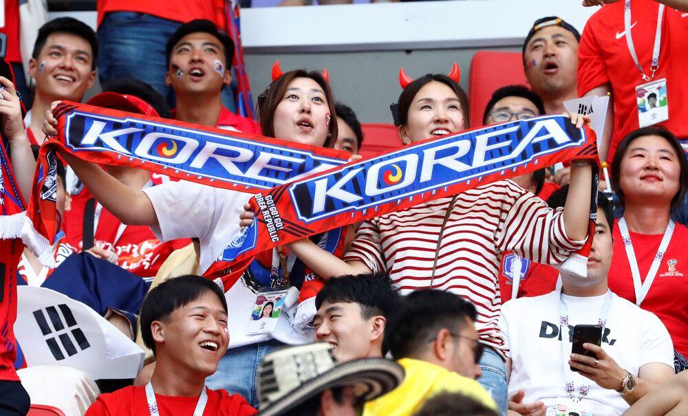 Torcedores sul-coreanos comemoram vitória contra a Alemanha