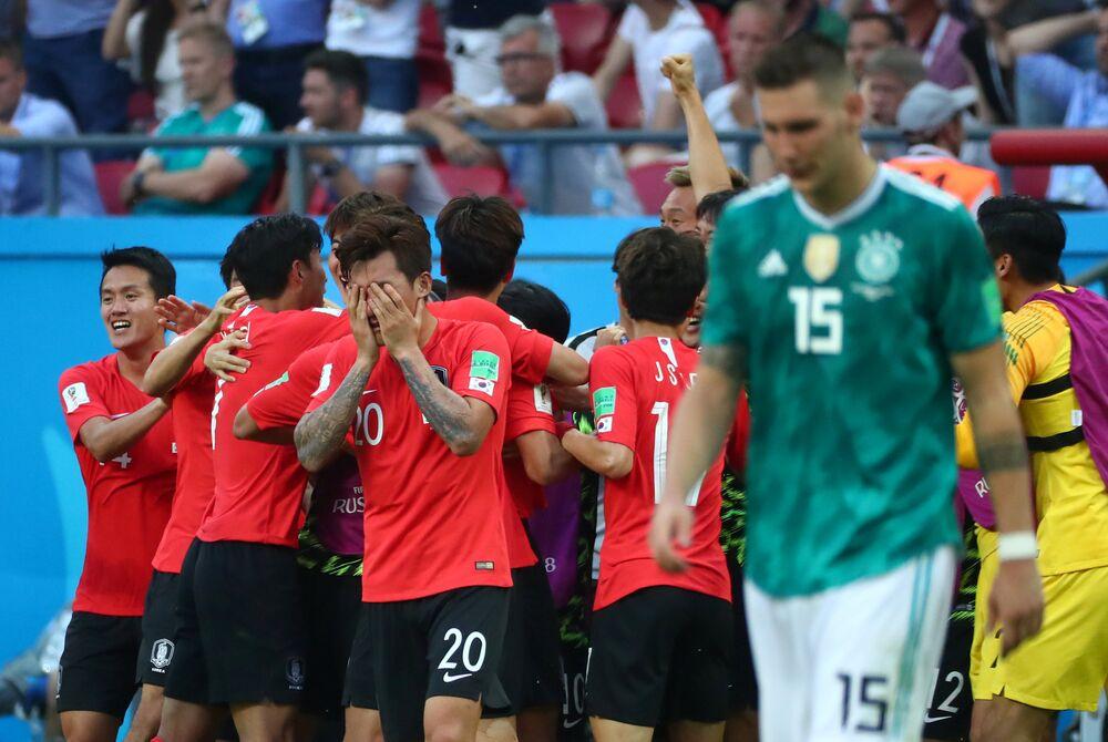 seleção sul-coreana comemora vitória enquanto alemães amargam a eliminação