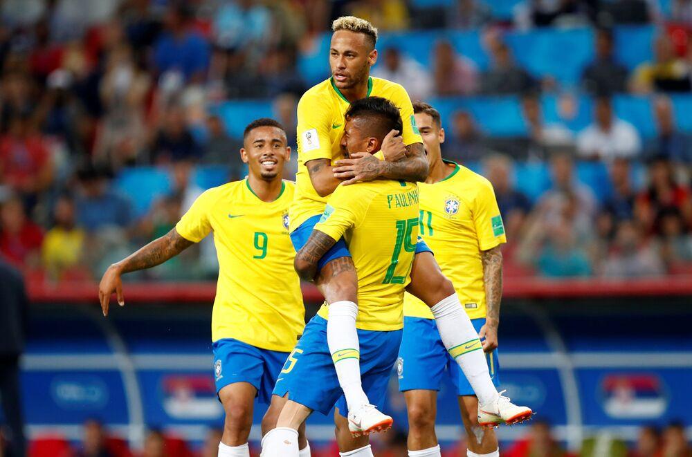 Neymar e Paulinho comemoram primeiro gol do Brasil