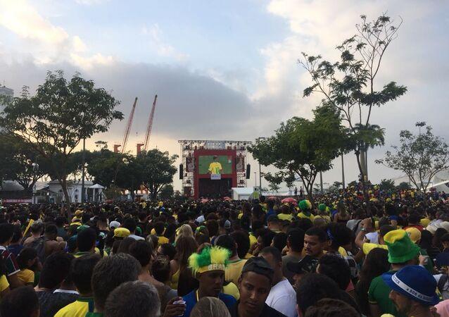 Brasileiros acompanham jogo contra a Sérvia na Praça Mauá, no centro do Rio de Janeiro