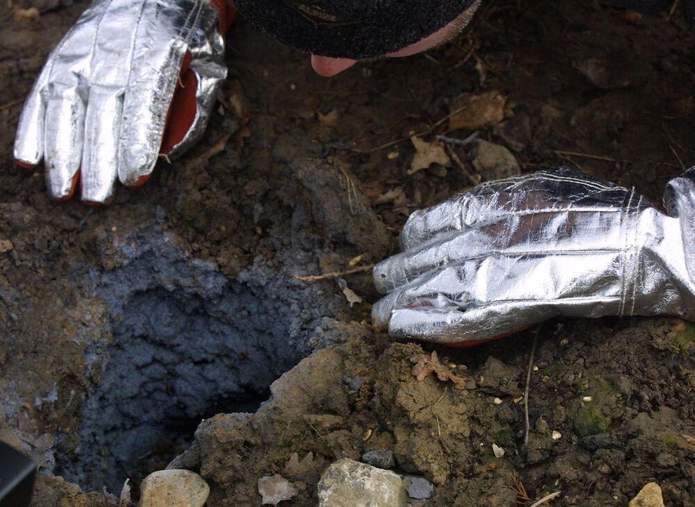 Abertura deixada por meteorito no solo nos arredores de cidade de Iorque, Reino Unido
