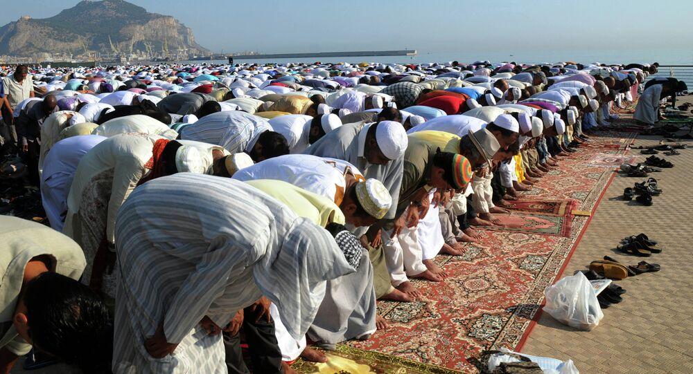 Muçulmanos participando de uma oração em conjunto em Palermo, na Itália